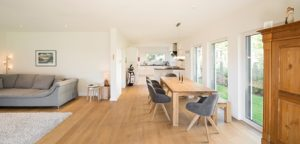 Einzig bei der Wahl der Bodenfarbe herrschte anfangs Uneinigkeit. Der von Florian Fritsch favorisierte Eichenholzboden sorgt für eine gemütliche und entspannte Atmosphäre in dem großen Raum. (Foto: FingerHaus)