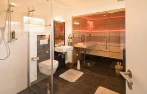 Wellness zu Hause: Das Gästebad im Erdgeschoss ist gleichzeitig das heimische Spa. Die Sauna ist schnell aufgeheizt und wird gerne genutzt. (Foto: FingerHaus)