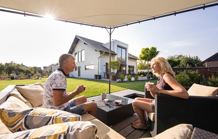 Frühstück im Garten: Claudia Meffert und Werner Gebauer essen im Sommer am liebsten draußen. Das Obst und Gemüse wächst zum großen Teil gleich gegenüber. (Foto: FingerHaus)