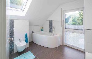Durch das Dachflächenfenster bekommt das Bad besonders viel Tageslicht. (Foto: FingerHaus)