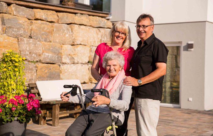 Christa und Kurt S. mit Oma Kätha vor ihrem neuen gemeinsamen Zuhause. (Foto: FingerHaus)