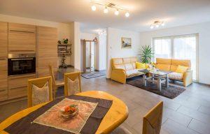 Die barrierefreie Einliegerwohnung bietet mit 60 Quadratmetern reichlich Platz für die 82- jährige Bewohnerin. (Foto: FingerHaus)