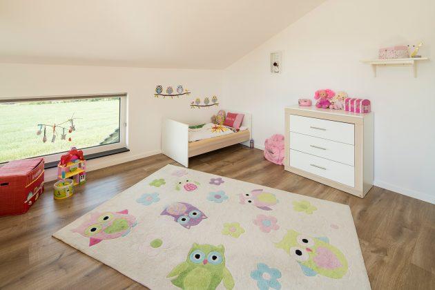 Kinderzimmer: Im Dachgeschoss hat Emilia ihr eigenes Reich. Die Vierjährige sitzt gern vor dem Kniestockfenster und schaut nach draußen. (Foto: FingerHaus)
