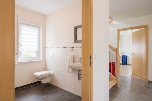 Für die Patienten gibt es ein großes barrierefreies WC. Alle Türen sind einen Meter breit. (Foto: FingerHaus)