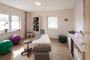 Der Behandlungsraum im Obergeschoss ist wunderbar hell und bietet eine schöne Aussicht. Plissees sorgen für ausreichend Sichtschutz. (Foto: FingerHaus)