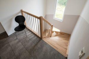 Die Treppe ist etwas breiter ausgefallen als ursprünglich geplant. Gut so, denn umso komfortabler ist der Aufstieg ins Dachgeschoss. (Foto: FingerHaus)