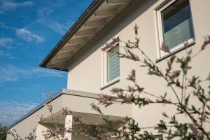 Das Flachdach des Anbaus wurde ein Stück verlängert und dient so als Eingangsüberdachung. (Foto: FingerHaus)