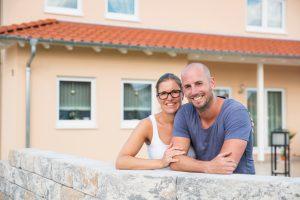 Sabine Weber und Stefan Thelen haben die richtige Entscheidung getroffen. Sowohl das Haus als auch die Lage des Grundstücks sind für die beiden ideal. (Foto: FingerHaus)