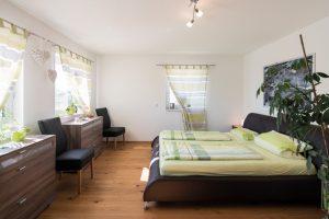 Das Schlafzimmer sowie das Kinder- und Arbeitszimmer bieten viel Platz. Das Grundrisskonzept im Obergeschoss haben die Bauherren 1:1 von FingerHaus übernommen. (Foto: FingerHaus)