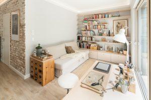 Herrlicher Arbeitsplatz: Hausherrin Ilka hat den Arbeitstisch ihrer Schmuckdesign-Werkstatt im Wohnbereich aufgestellt. Von dort hat sie einen hervorragenden Blick ins Freie.. (Foto: FingerHaus)