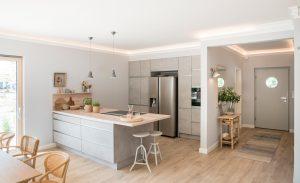 Der lichtdurchflutete Essbereich mit angrenzender Küche bietet eine freie Aussicht in den mit viel Liebe dekorierten Garten. (Foto: FingerHaus)
