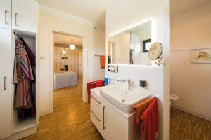 Badezimmer de luxe: Eine T-Wand-Lösung verdeckt WC und Bidet. Der Waschtisch ist eine Sonderanfertigung des Küchenbauers. (Foto: FingerHaus)