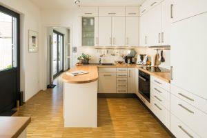 Lust am Kochen: In der kleinen, aber sehr funktionalen Küche arbeitet vor allem die Hausherrin. (Foto: FingerHaus)