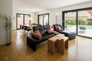 Luftiges Wohngefühl: Passend zur großzügigen Deckenhöhe sind auch die Fenster etwas höher ausgefallen. Bei Sonnenschein gleiten Jalousien vor die Scheiben. (Foto: FingerHaus)