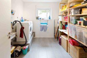 Kurze Wege im Alltag: Waschmaschine und Trockner stehen im Hauswirtschaftsraum gleich hinter der Küche. (Foto: FingerHaus)