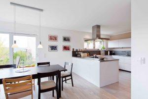 Hell, großzügig, offen: Von der Küche und dem Essbereich genießt die Familie einen schönen Ausblick. (Foto: FingerHaus)