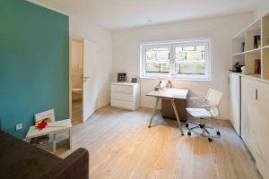 Arbeiten im Souterrain: Anne Wellmanns Büro mit separatem WC. (Foto: FingerHaus)