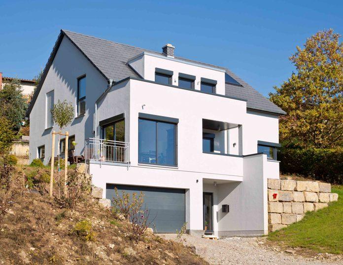Haus in Würfelform mit spitzem Dach: Das FingerHaus wurde perfekt in die Hanglage eingepasst. (Foto: FingerHaus)