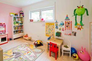 Ganz nah bei Mama: Die Kinder haben im Erdgeschoss ein Spielzimmer. (Foto: FingerHaus)