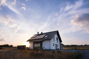 Der anthrazitfarben gestrichene Erker erweitert und belichtet den Essbereich im Erdgeschoss. Mit der Photovoltaikanlage auf dem Dach versorgt sich die Familie selbst mit Strom und spart Energiekosten. (Foto: FingerHaus)