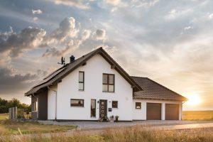 Als Familienhaus bietet das Konzept des Finger-Hauses NEO mit 38° Satteldach flexible Grundrissideen und viele Extras nach Bedarf. Statt eines Kellers entschieden sich die Brussmanns für einen Garagenanbau. (Foto: FingerHaus)