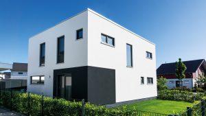 Kontrastreich: Auf der Hausrückseite lockert schwarze Farbe die Fassade auf – ein echter Hingucker. (Foto: FingerHaus)