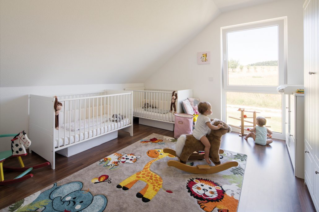 Im Reich der Zwillinge: Lina und Maya haben von ihrem Zimmer einen genauso schönen Blick wie ihre große Schwester. (Foto: FingerHaus)