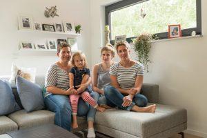 Frauenpower – bereit für neue Pläne: Auch wenn der Hausbau zu einer ungünstigen Zeit kam, ist Familie Heimann jetzt rundum glücklich mit der Lösung. (Foto: FingerHaus)