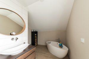 Extravaganz bis ins Detail: Das Familienbad im Obergeschoss mit frei stehender Wanne. (Foto FingerHaus)