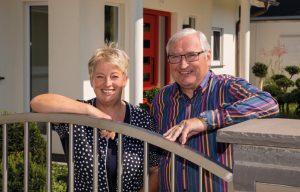 Glückliche Baufamilie: Mit Mitte 60 haben sich Christine und Michael Kraft ein wahres Traumhaus bauen lassen. Selbstverständlich barrierefrei, sodass sie es bis ins hohe Alter bewohnen können. (Foto: FingerHaus)