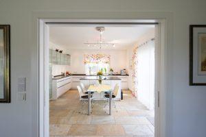 Halb offene Küche: Die Hausherrin kocht leidenschaftlich gern und gut. Und so hat sie die Küche ganz nach ihren Wünschen eingerichtet. Die Schiebetür zum großen Essbereich steht fast immer offen. (Foto: FingerHaus)