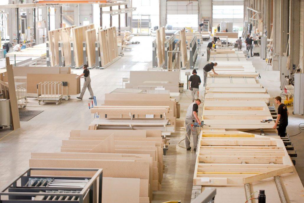 Die Holztafeln werden so weit wie möglich im Werk vorgefertigt. (Foto: FingerHaus)
