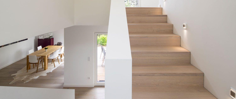 Stufen und Setzstufen in Faltwerkoptik, Eiche A/B, durchgehende Lamellen, weiß geölt