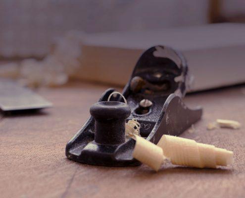 Holz und Holzwerkzeug für Treppenrenovierung und Treppensanierung