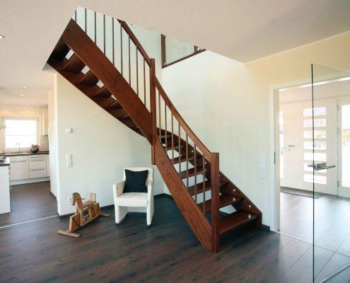 Treppenlieferant für Fertighaushersteller - Stahlholztreppe in modernem Fertighaus